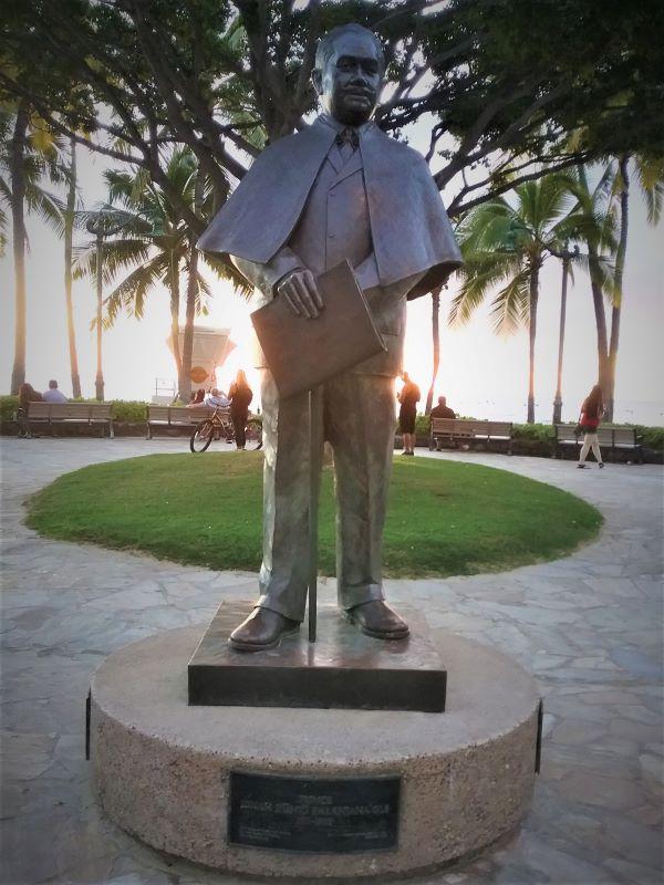 Waikiki Beach Prince Kuhio statue